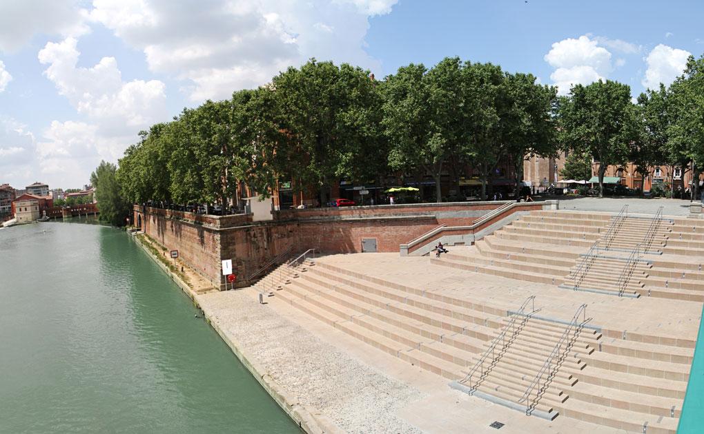 vue de jour sur les gradins depuis le pont Saint-Pierre à Toulouse