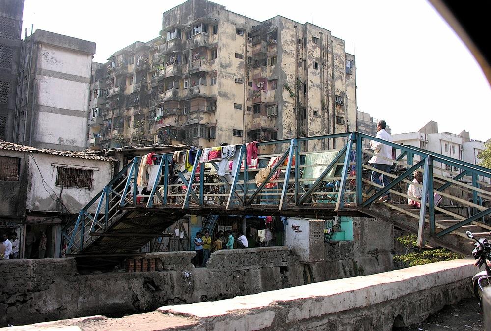 La ville sans la ville : ici le bidonville de Dahravi en Inde